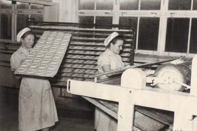 Mitarbeiterinnen beim Ofenbeschicken in der Badstraße